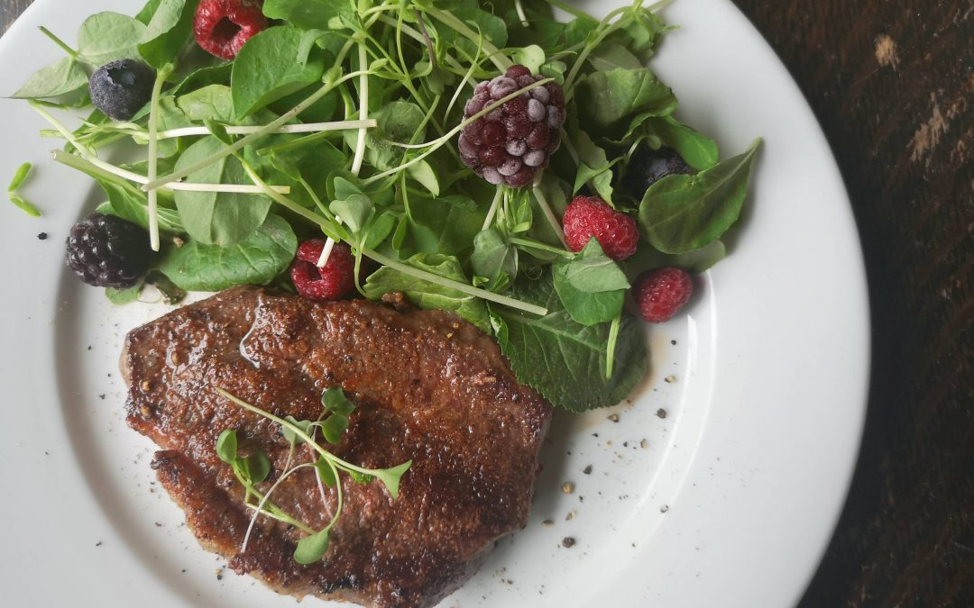 SUNDAY – Garlic Beef & Berry Salad